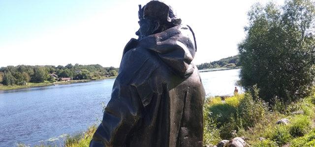 скульптура Рыбаку на реке волхов