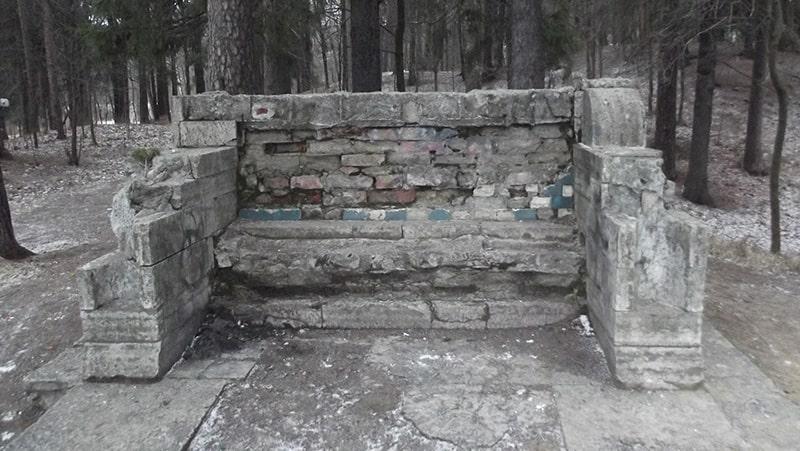 шуваловский парк каменная скамья