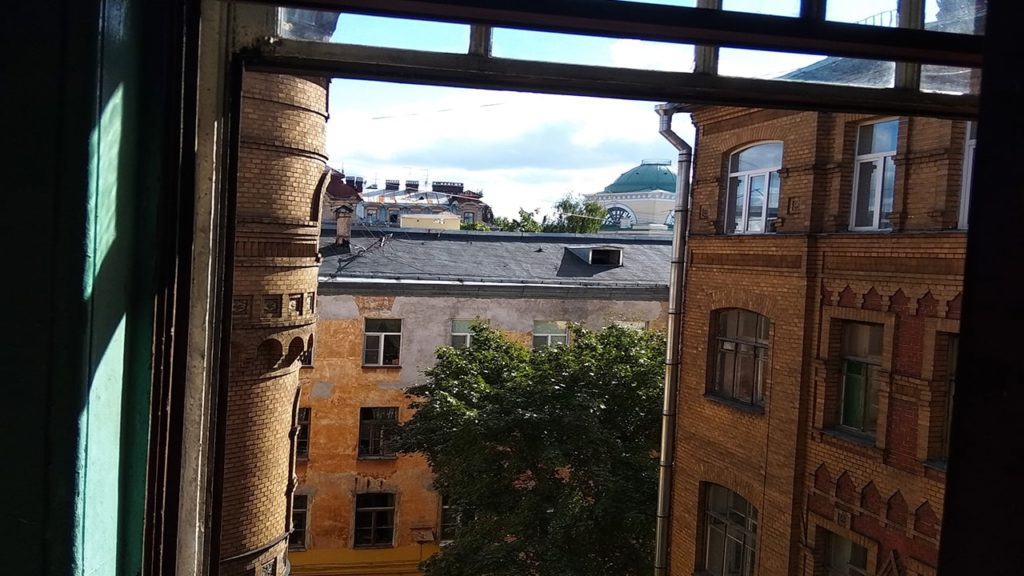 дом пряник вид из окна парадной