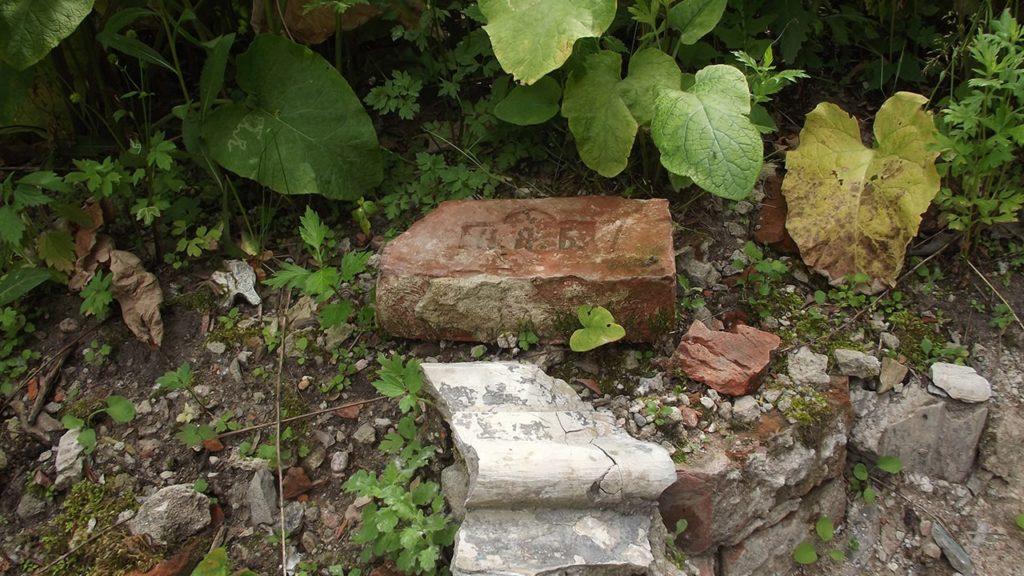 кирпичи с клеймами.громовское староверческое кладбище.
